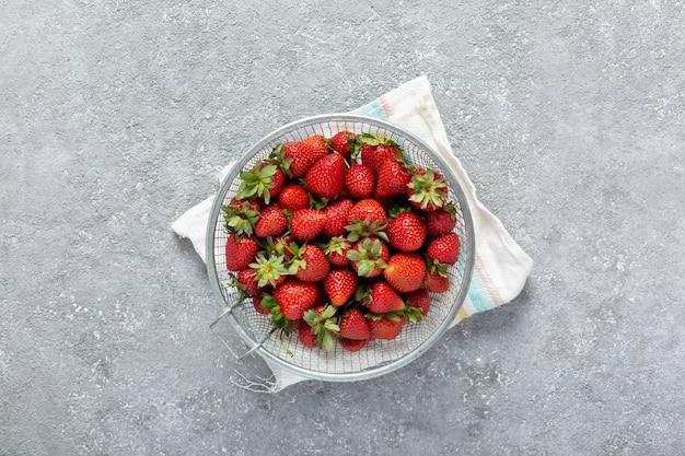 コピースペースと灰色の背景に環境に優しいイチゴ