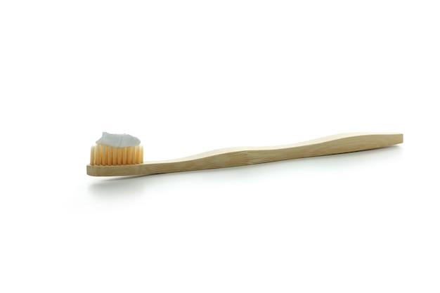 Экологичная зубная щетка с зубной пастой на белом