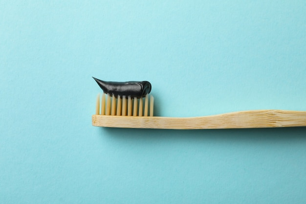 青い背景に歯磨き粉と環境にやさしい歯ブラシ