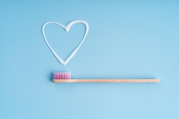 Экологичная модная зубная щетка из бамбука. популярные зубные щетки. тенденции гигиены. вид сверху с зубной пастой.