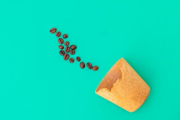 Экологичная вафельная чашка для кофе на вынос, который можно съесть потом, и жареных кофейных зерен на ...