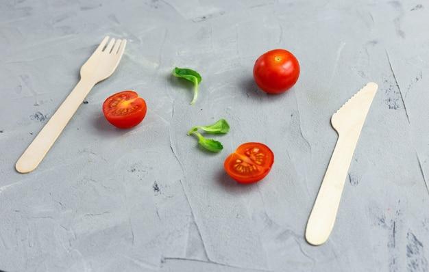灰色の環境に優しい木製のナイフとフォーク
