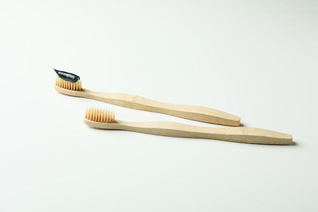 白い背景の上の環境に優しい木製の歯ブラシ