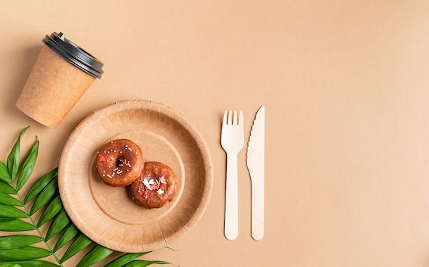 環境にやさしいゼロウェイスト使い捨て食器上面図フラットは茶色の背景に横たわっていた