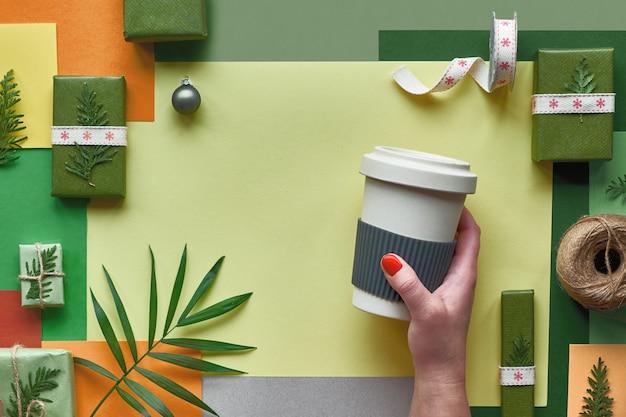 プラスチックを使用せず、環境に優しい廃棄物ゼロのクリスマスまたは新年の贈り物としてラップ創造的なフラットレイアウト、廃棄物のゼロのクリスマスギフトのアイデア、多色の幾何学的な紙の背景の平面図です。