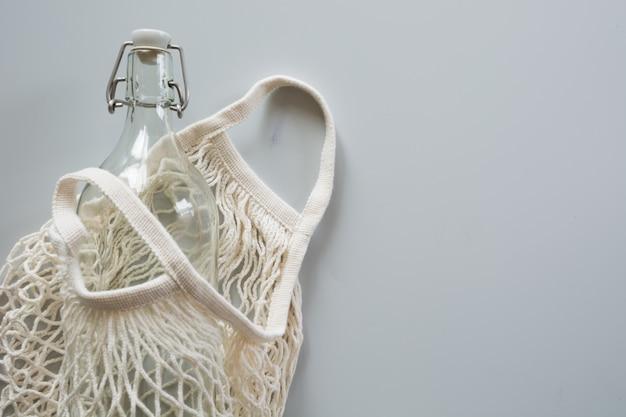 再利用のためのガラス瓶が付いたエコメッシュバッグ。