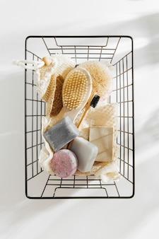 에코 천연 욕실 액세서리, 천연 화장품 제품 및 도구가 검은색 금속 바구니에 들어 있습니다. 제로 폐기물 개념입니다. 플라스틱 무료. 평평한 평지, 평면도