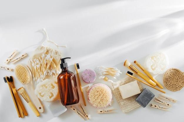에코 천연 욕실 액세서리, 천연 화장품 및 도구. 제로 폐기물 개념입니다.