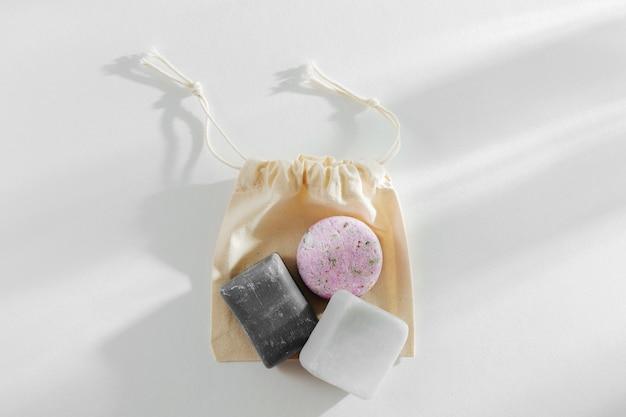 에코 천연 비누와 고체 샴푸 바. 제로 폐기물 개념입니다. 플라스틱 무료.