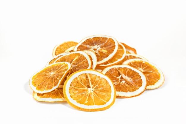 Эко органические домашние сушеные дольки апельсина, чипсы. обезвоженные хрустящие ломтики фруктов. куча сушеных на солнце хрустящих апельсинов. здоровая закуска. закройте вверх. копировать пространство