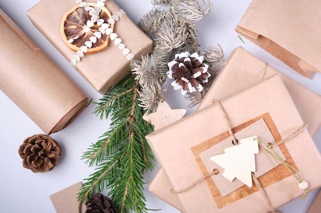 Эко-бумажные пакеты декорированные лентами и лентами из засушенных еловых веток и шишек.