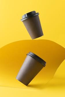 Эко бумажный стаканчик, кофейный бумажный стаканчик на желтом фоне. мокап для вашей рекламы.