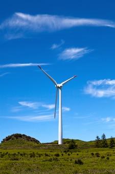 エコ発電風力タービンの風景と青空