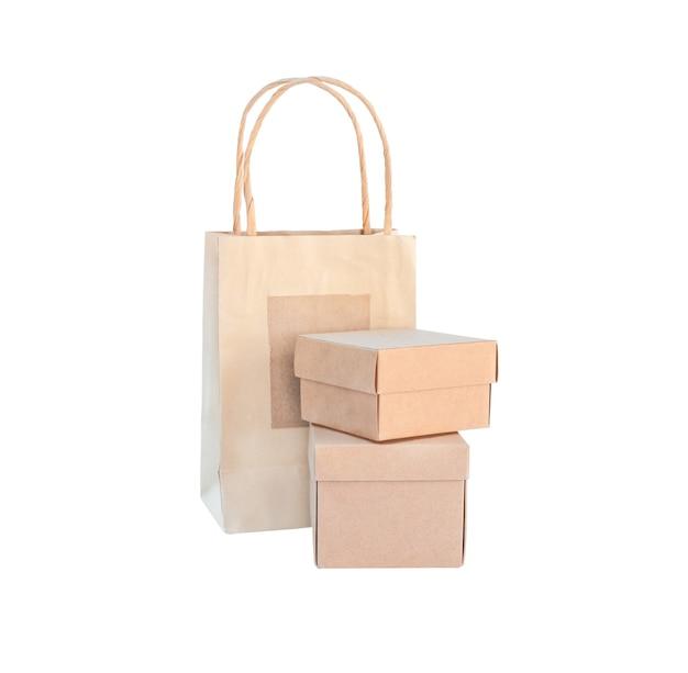 골 판지 상자 및 패키지의 에코 세트. 두 개의 상자와 가방 흰색 배경에 고립