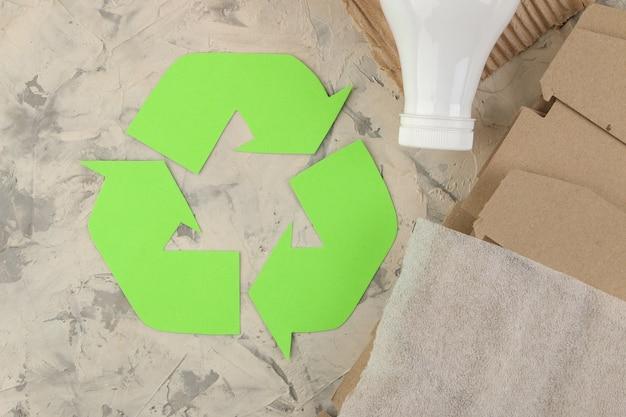 Эко-символ. утилизация отходов. эко-концепция на легкий бетонный стол. переработка отходов. вид сверху.