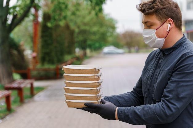 エコサーモボックス。オーガニック料理。生分解性の使い捨て食器。