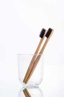 Эко зубные щетки из дерева в стеклянном стакане