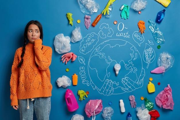 Эко-волонтер рядом с коллажем отходов окружающей среды Бесплатные Фотографии