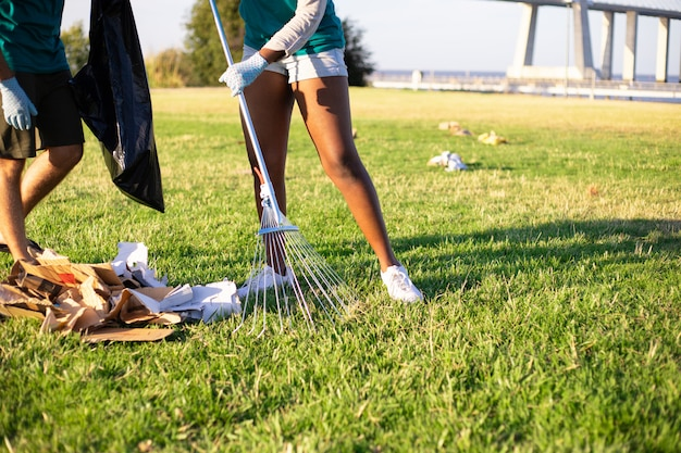 芝生の上にゴミを拾うエコボランティア