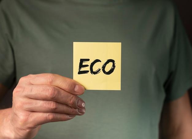남성의 손에 종이에 에코 단어, 자연 및 유기 생활 개념.