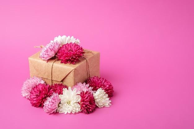 エコゼロウェイストスタイルのギフトラッピング。花で飾られたクラフト紙ギフトボックスとの構成