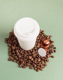 Экологичный одноразовый белый бумажный стаканчик с кофейными зернами и капсулами, макет дизайна
