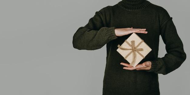 緑のセーターを保持している女性と環境にやさしい持続可能なゼロ廃棄物の自然な色のお祭りバナー