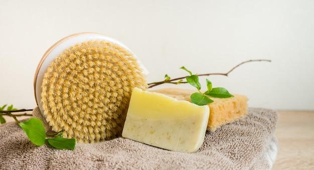 エコロジックコンセプトエッセンシャルオイルの手作り石鹸とドライマッサージブラシを備えたスパの静物パーソナルケアのための廃棄物ゼロ