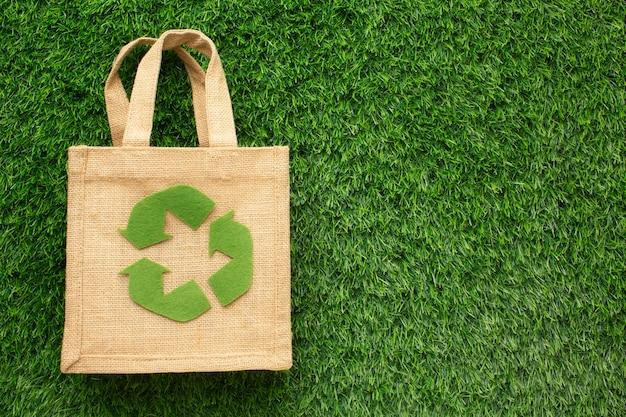 Экологическая сумка в траве