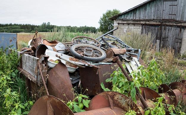 生態学的概念。金属くずの山。リサイクル用の金属。金属廃棄物処分場。部品の部品、産業の残留物