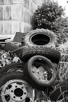 Экологическая концепция. черно-белое изображение старых использованных шин на свалке металлолома