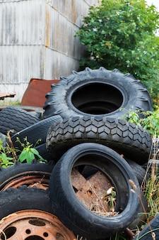 Экологическая концепция. старые использованные шины на свалке металлолома Premium Фотографии