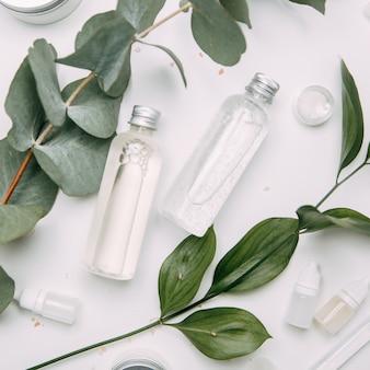 Экологическая косметика в баночках с зеленью. бутылка натуральной косметики flatley.