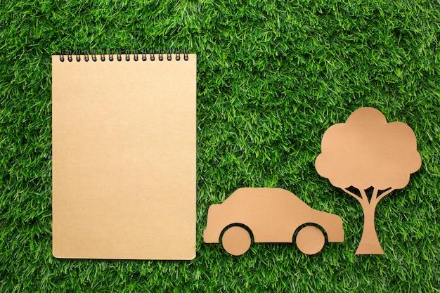生態学的なノートブック車と木