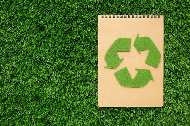 Quaderno ecologico con segno di riciclo
