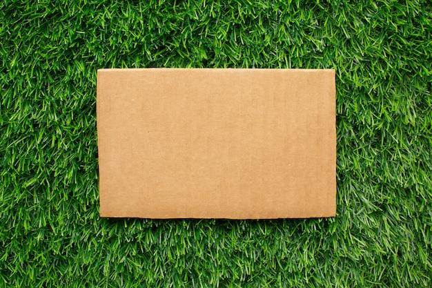 Foglio di carta ecologica sull'erba
