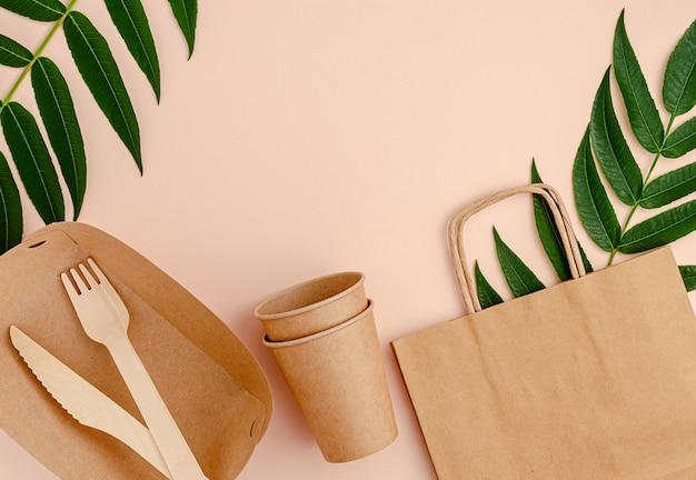 Экологическая посуда для пикника. экологически чистый образ жизни. вид сверху, копировать пространство