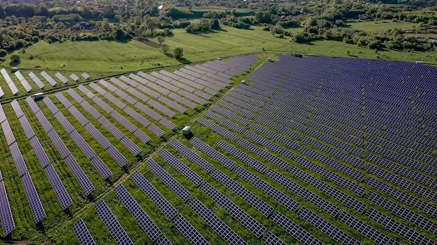 일몰 풍경 전기 혁신 분야에서 녹색 에너지의 생태 태양 발전소 패널 ...