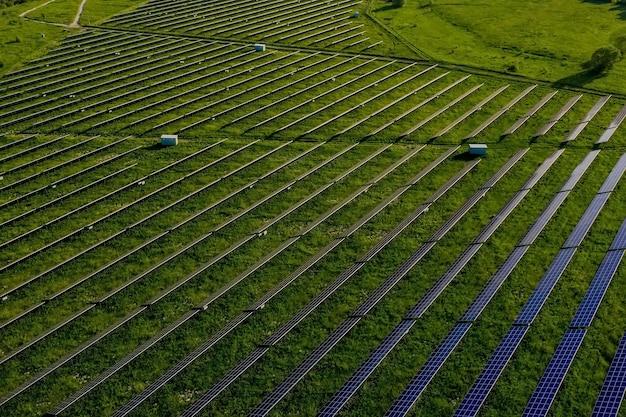 일몰 풍경 전기 혁신 자연 환경에서 녹색 에너지 분야의 생태 태양 발전소 패널