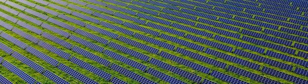 일몰 풍경 전기 혁신 자연 환경에서 녹색 에너지 분야의 생태 태양광 발전소 패널.