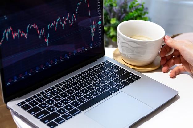 Трейдер экономического кризиса, работающий на ноутбуке