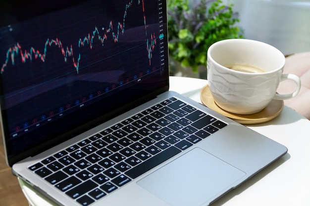 Торговец экономического кризиса, работающий на ноутбуке
