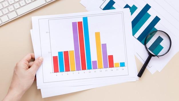 テーブルの上の経済チャート