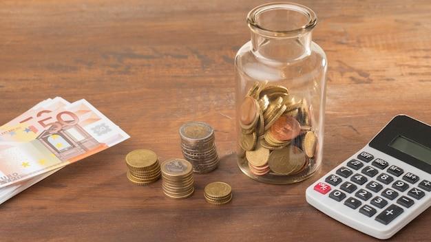 Risparmio economico in barattolo con calcolatrice