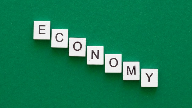 Слово экономики с расположением кубиков