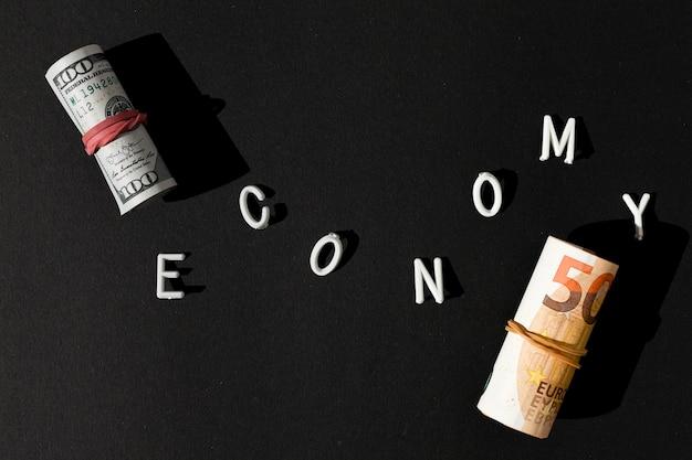 Parola di economia e rotoli di denaro