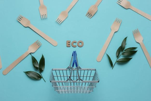 Эко-вегетарианские покупки корзина для покупок деревянные вилки зеленые листья