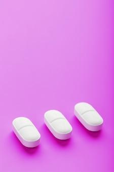 분홍색 표면에 연속으로 엑스터시 알약 분리