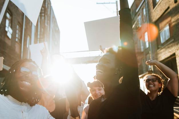 Восторженные протестующие маршируют по городу