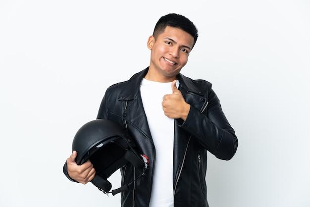 Экудорианский человек с мотоциклетным шлемом, изолированные на белом фоне, показывает жест